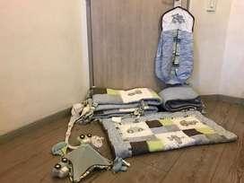 Lenceria para cuna de niño, compuesto por 7 piezas, 4 laterales, cubrelecho, pañalera y movil
