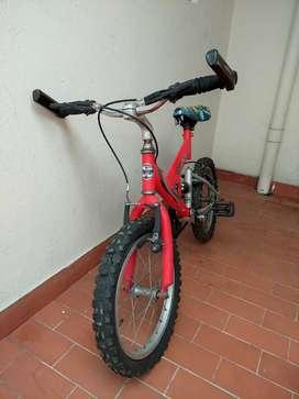 Bicicleta y monopatín de niño
