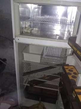 Se vende heladera. Solo necesita cargar gas