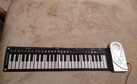 Piano enrollable 49 teclas de baterías y corriente DC