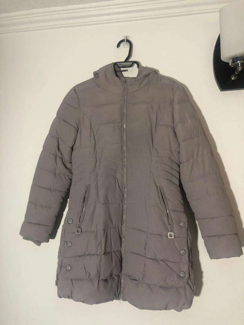 Abrigo abullonado gris