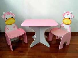 Mesa con dos sillas infantiles