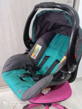 Silla de carro para bebé. baby Trend. Incluye base.