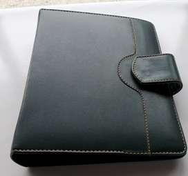 Porta agenda cuero con broche 24 x 19 x 5,5 repuesto verde