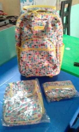 Set escolar de carry on. Mochila, lonchera, cartuchera . A $140 soles.