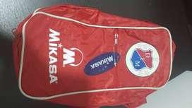 Porta guayos del DIM, marca Mikasa
