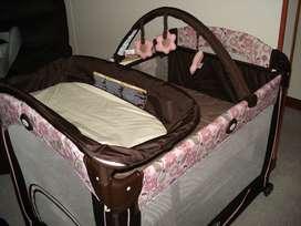Corral portátil marca Graco con maleta y colchón adicional