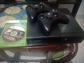 Xbox 360 E + 2 controles + 2 juegos