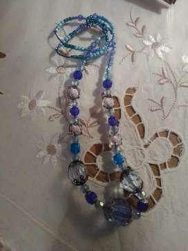 Precioso collar artesanal con cristales celestes