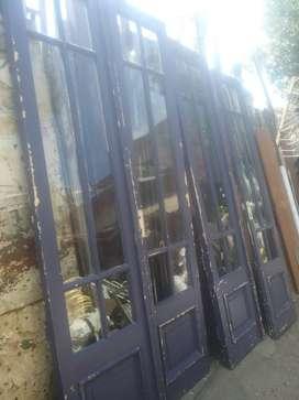 Puertas antiguas de cedro, doble, con vidrios.