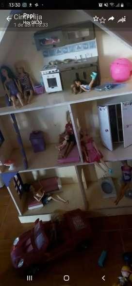 Vendo casita de madera con Barbies originales