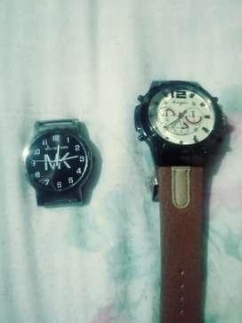 Dos relojes pulseras a cuarzo