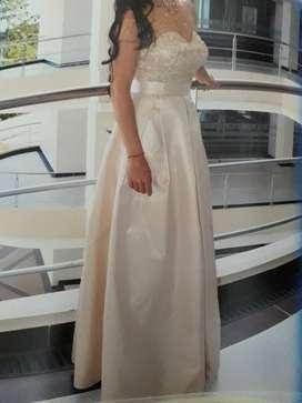 Hermoso vestido de gala Dorado