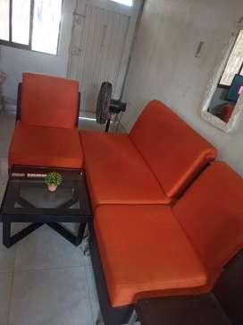 Se venden muebles naranjados usados