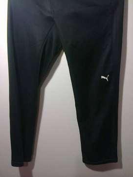Pantalón calza capri. De algodón y elastano . Marca PUMA. XL