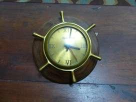 Reloj de pared en madera y bronce