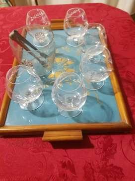 Vendo bandeja de madera y vidrio con 6 copas de cogñac mas hielera con pinza