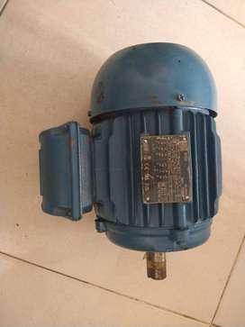motor trifasico, marca WEG de 1 Hp. a 220/460 vol.