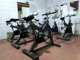 Seis bicicletas para gimnasio