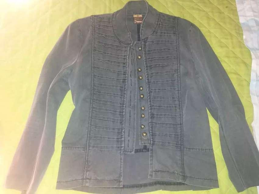 Campera de jeans talle 2 a 3 poco uso elastizada todo con botones 0