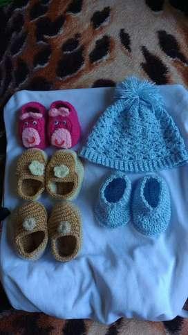 Varios escarpines y gorritos a crochet
