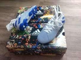 Se venden Guayos Adidas para niños muy lindos de la talla 28 a la 31.5