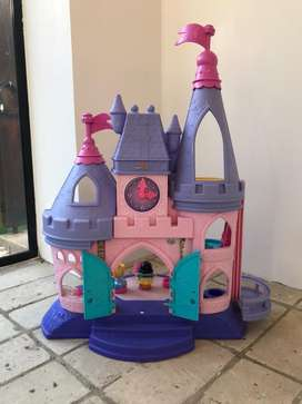 Castillo musical princesas little people.  Usado