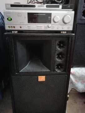 Equipo de sonido con amplificador y cabinas grandes