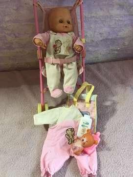 Muñeco con carrito y ropa