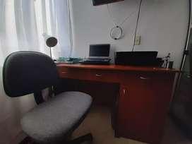 Escritorio de madera y silla a la venta