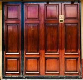 Portón corredizo de madera.