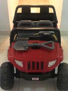 Jeep bateria 12 V recargable, marca fisher price en muy buen estado,  me costo 1,800.