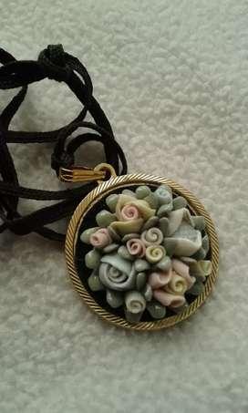 Medalla con bouquet de flores en cerámica