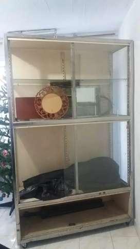 Vendo vitrina en vidrio con parales de acero