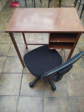 Escritorio de metal con silla giratoria para ñiños