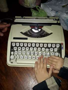 Máquina de escribir marca Hermes baby