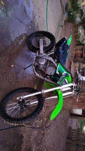 Vendo moto kawsaki 300 klx para competicion.