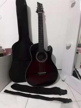 Hermosa guitarra con forro y correa incluida como nueva