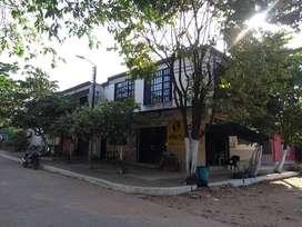 Casa 2 pisos con locales Comerciales