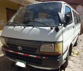Vendo Combi Toyota 2L en buen estado listo para viajes.