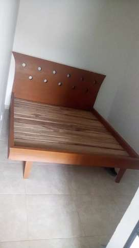 Se vende cama en madera maciza en excelente estado