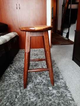 Butaco en madera en perfecto estado, mide 58 cms