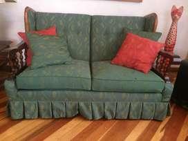Sala. Sofá de dos puestos y poltrona compañera.