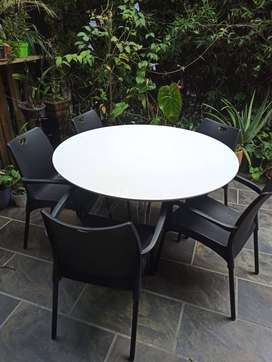 Vendo mesa blanca con 5 sillas
