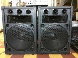 Parlantes profesionales de 18 pulgadas 1200 watts full rango de sonido, cajas nuevas. Planta de 500 vatios RMS