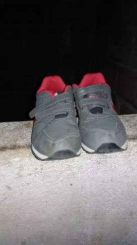 Se vende zapatos de niño