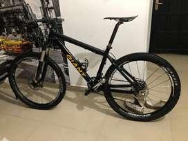 Bicicleta GIANT marco en aluminio rin 26 grupo shimano deore xt suspension rockshox RESA RLT