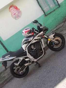 Se vende moto fz1 1000uy buen estado modelo 2005 solo tarjeta de propiedad .se da a buen precio ya q debe impuesto