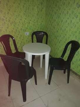 Vendo juego de 4 sillas y mesa exelente estado marca vinyplas.