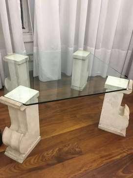 Mesa vidrio y columnas